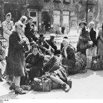 Flüchtlinge 1945 In Berlin warten diese Flüchtlinge auf ihren Abtransport.
